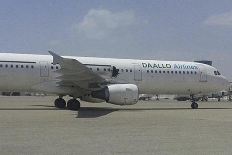 El avión aterrizó de emergencia luego de la explosión. (Foto Prensa Libre: EFE).