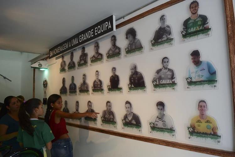 Muchos aficionados al futbol se acercan al peculiar bar en Medellín que hace homenaje a los fallecidos. (Foto Prensa Libre: AP)