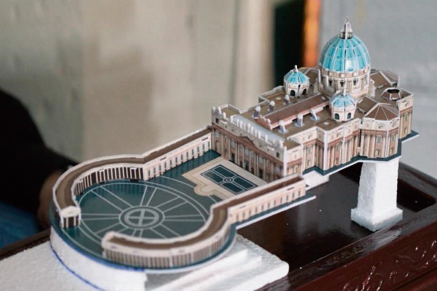Elementos  como  esta maqueta del Vaticano se pueden comprar para armar o hacerlas con cartón y pintarlas.