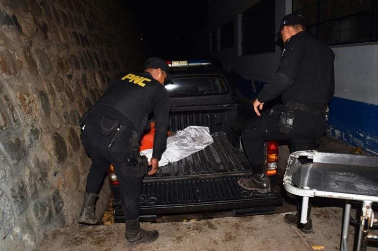 El cuerpo de un niño de 7 años es trasladado por la PNC en Cabañas, Zacapa. (Foto Prensa Libre: Mario Morales)