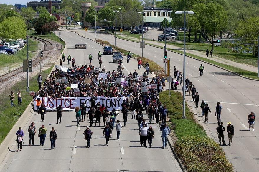 Manifestantes se conducen en una de las principales vías de la zona. (Foto Prensa Libre: AP).