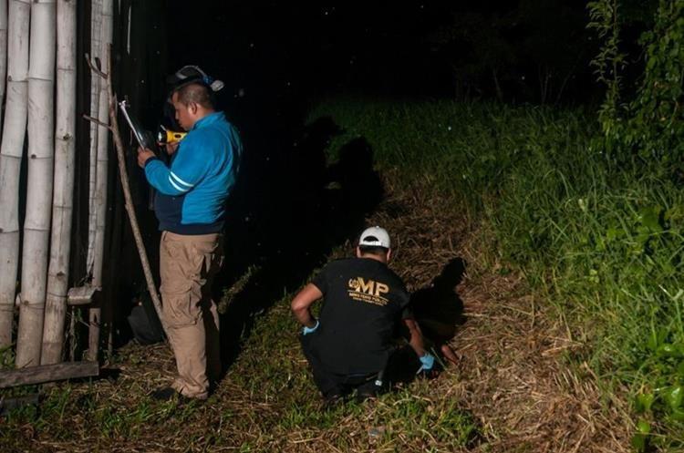 Autoridades buscan pistas en vivienda donde murió macheteada Catarina Velásquez Mendoza, de 20 años, el miércoles último. (Foto Prensa Libre: Rigoberto Escobar)