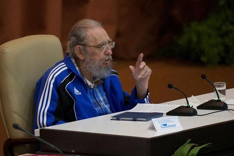 El líder de la revolución cubana, Fidel Castro, durante su discurso en la reunión del VII congreso del Partido Comunista. (Foto Prensa Libre: AFP).