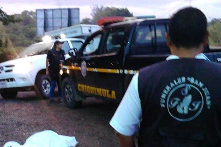 Autoridades investigan la muerte de Cristofer Manolo Esquivel Bollat, baleado en Chiquimula. (Foto Prensa Libre: Mario Morales)