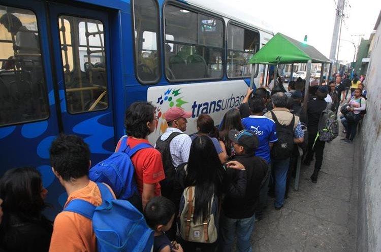 Un grupo de usuarios hace cola para abordar unidad del Transurbano en la 10 avenida y 15 calle de la zona 1 de la capital. (Foto Prensa Libre: Esbin García).