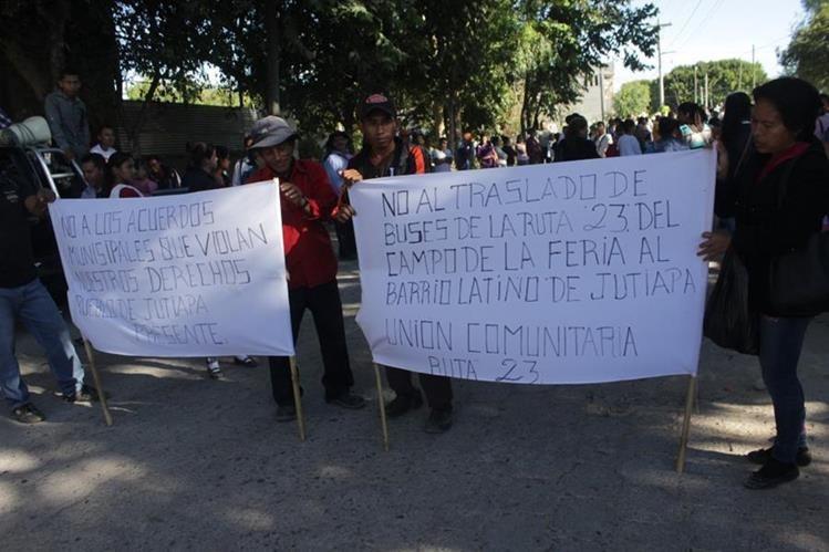 Vecinos rechazan acuerdo municipal respecto a la terminal de microbuses, en Jutiapa. (Foto Prensa Libre: Óscar Gónzález).