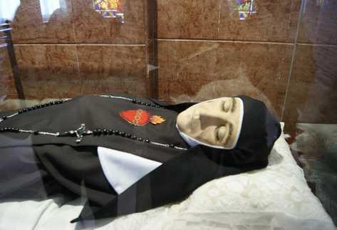 El cuerpo de sor Encarnación Rosal se encontró intacto después de 115 años de su muerte. Fue beatificada en 1997.