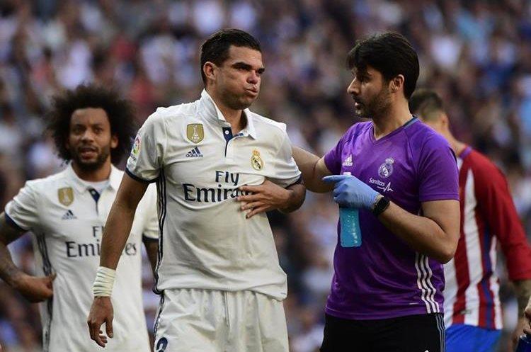 Pepe se rompió dos costillas durante el derbi de Madrid, el sábado. (Foto Prensa Libre: AFP)