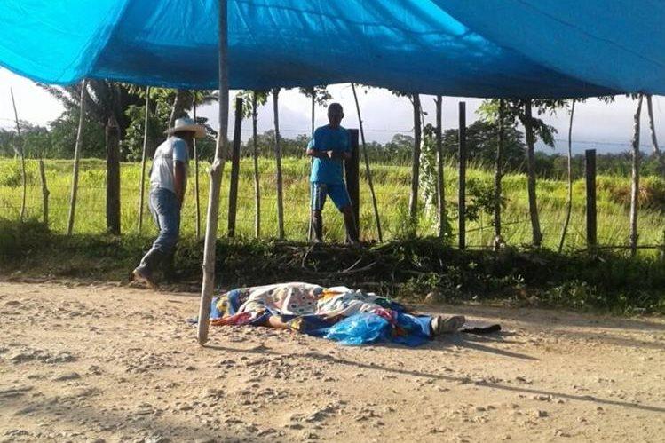 El cadáver del maestro Elías Pop Pop fue localizado en la comunidad La Unión en Sayaxché, donde impartía clases. (Foto Prensa Libre: Rigoberto Escobar)