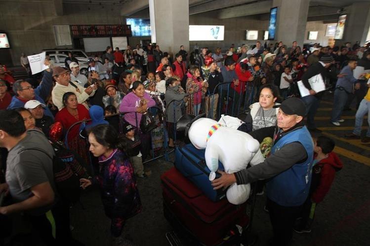 Llantos, risas y abrazos entre familiares era la escena más repetida en el aeropuerto La Aurora. (Foto Prensa Libre: Érick Ávila)