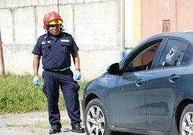El abogado murió dentro de un automóvil que manejaba. (Foto Prensa Libre: Bomberos Municipales)
