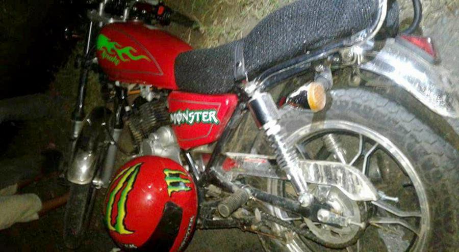 El casco sin daños mayores se ve a un costado de la motocicleta en que la viajaba Efrain Cóc quien murió tras impactar con el asfalto en Río Dulce. (Foto Prensa Libre: Dony Stewart)