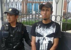 Darío Antonio Bucup Pérez, de 24 años, fue capturado en Xela sindicado de haber intentado robar un vehículo en la zona 1. (Foto Prensa Libre: Stereo 100 Xela)