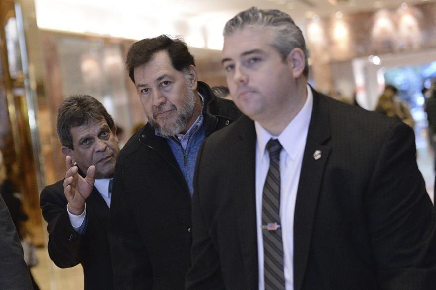 El exdiputado (al centro) es retirado de la Torre Trump por personal de seguridad del republicano. (Foto Prensa Libre: EFE).