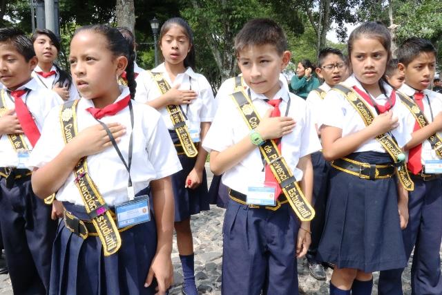 Estudiantes de varios establecimientos educativo participan en la celebracón del Día de la Constitución. (Foto Prensa Libre: Julio Sicán)
