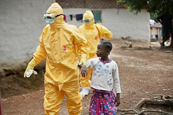 Una niña es llevada por personal médico, luego de haber presentado síntomas de ébola, en Monrovia.
