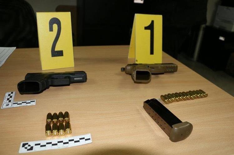 Armas incautadas en vivienda de Mixco. (Foto Prensa Libre: PNC)