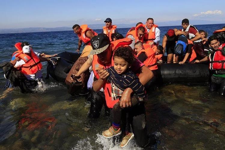 Familias sirias que huyen de la guerra desembarcan en costas griegas. Foto Prensa Libre (EFe)
