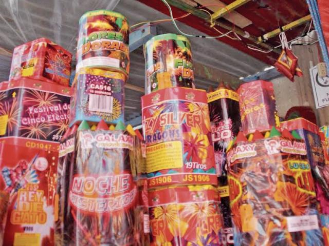 Las conexiones de energía eléctrica que están al descubierto en las ventas de fuegos artificiales representan un peligro para los comerciantes y compradores. (Foto Prensa Libre: Mike Castillo)