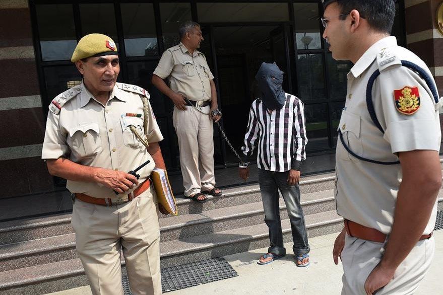 Ravinder Kumar, quien es acusado de violación y asesinato de 30 niños sale de una comisaría policial en Nueva Delhi, India. (Foto Prensa Libre: AFP).