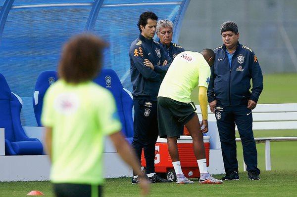 Robinho de la selección brasileña de fútbol muestra su pierna derecha al médico Rodrigo Lasmar (i) durante un entrenamiento de su equipo previo a su participación en la Copa América 2015. (Foto Prensa Libre: EFE)