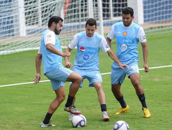 Carlos Ruiz, Marco Pappa y Edgar Chinchilla durante el entrenamiento de este martes. (Foto Prensa Libre: Óscar Felipe)