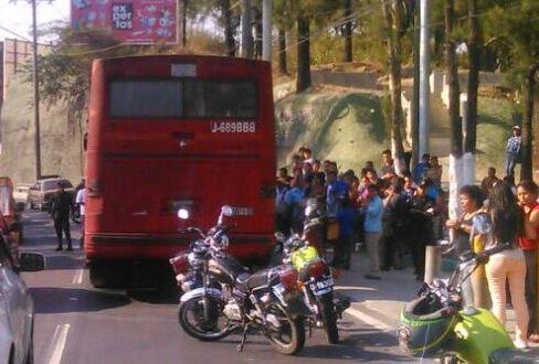 El ataque a bus ocasiona un caos vial en gran parte de la capital. (Foto: Cortesía de Alex Cruz)