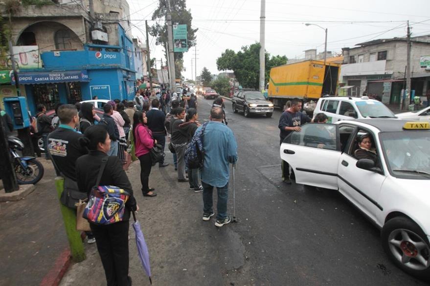 Vecinos de las colonias de la zona 7 usan transporte alternativo ante la falta de buses públicos. (Foto Prensa Libre: Érick Ávila)