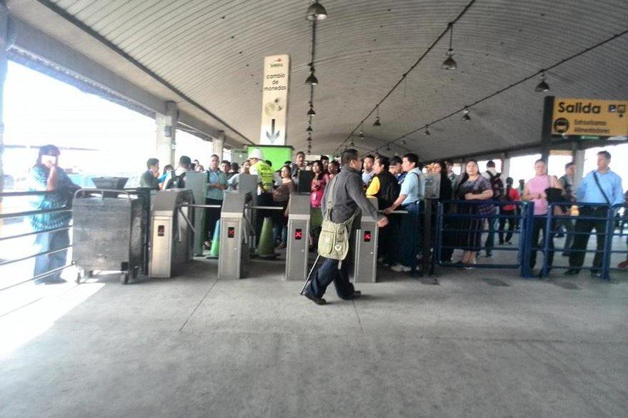 La protesta de los inquilinos del mercado provocó la suspensión del servicio de Transmetro. (Foto Prensa Libre: C. Álvarez)