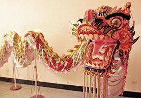 EL museo tiene un dragón de más de 10 metros de largo que se usa en las festividades chinas, como la Celebración del Dragón y Año Nuevo. El dragón y sus colores representan la buena fortuna en la cultura china.