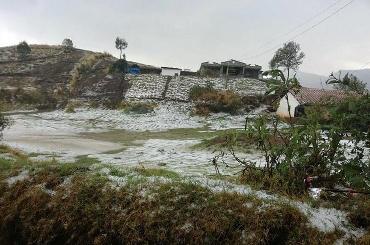 La granizada que cayó este jueves en sectores de los Chuchumatanes cubrió campos con cultivos. (Foto Prensa Libre: Cortesía)