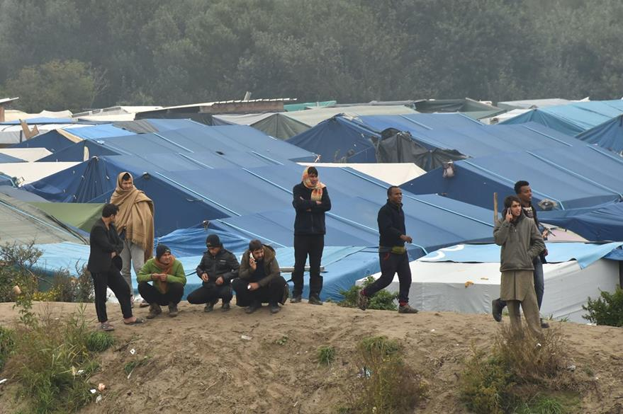 Vista de las improvisadas construcciones en el campamento de refugiados en Calais. (Foto Prensa Libre: AFP).