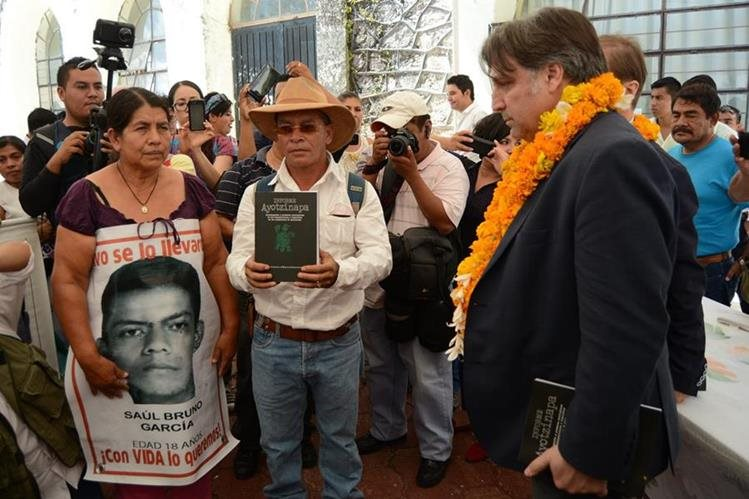 Padres de los 43 estudiantes desaparecidos en un reciente acto público. (Foto Prensa Libre: EFE).