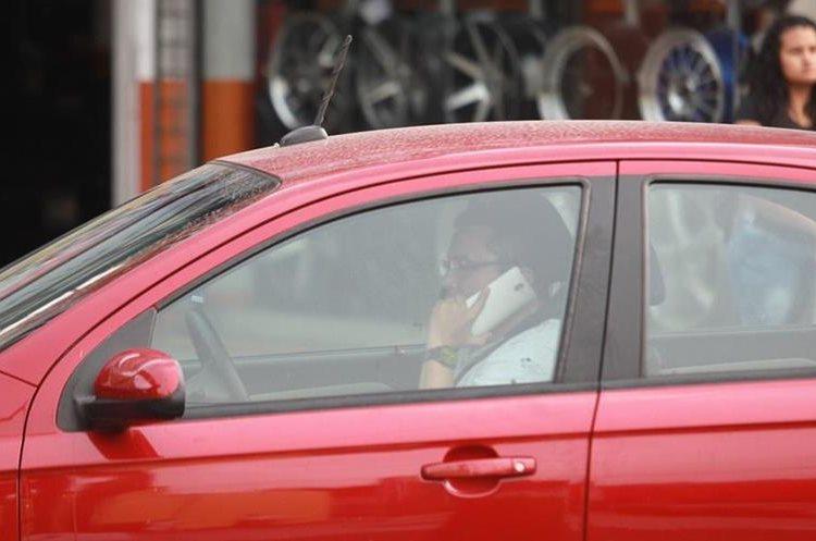 De 10 mil 349 colisiones de vehículos ocurridas en la capital en el 2017, el 10 por ciento —mil 34— fueron ocasionadas por personas que hablaban por teléfono. (Foto Hemeroteca PL)
