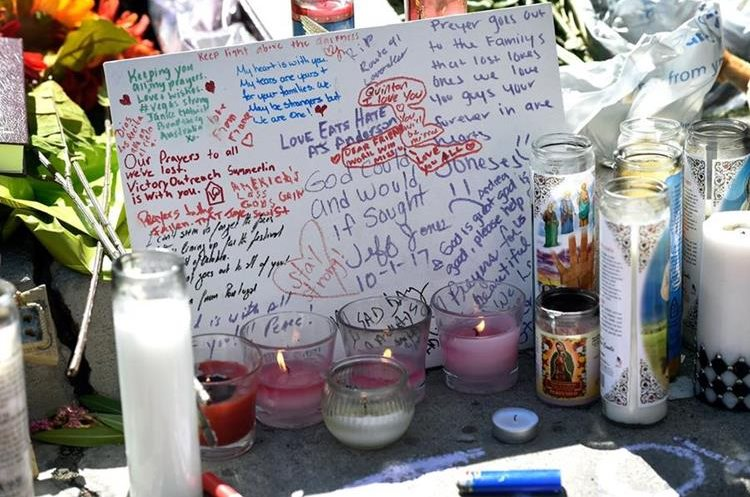 Cientos de visitantes en Las Vegas han rendido un homenaje a las víctimas de la balacera. (Foto Prensa Libre: AFP)