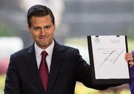 Enrique Peña Nieto muestra un decreto que solicita la autización de medicamentos elaborados con marihuana.(EFE).