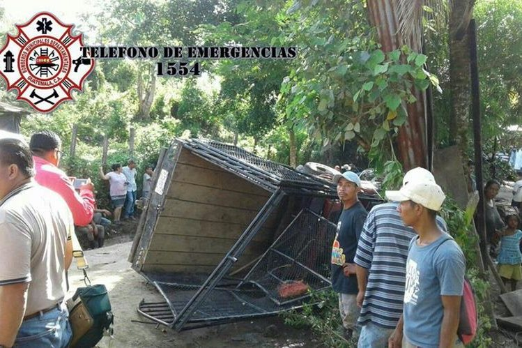 Picop donde viajaban los estadounidenses al momento del accidente en Zacapa. (Foto Prensa Libre: CBMD).