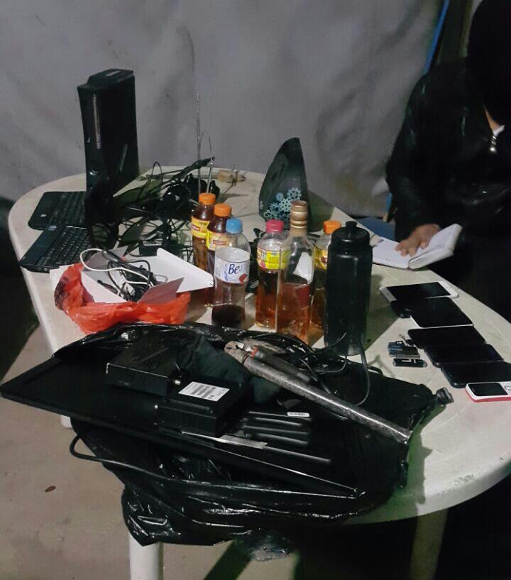 Ilícitos hallados durante requisa de esta madrugada. (Foto Prensa Libre: Sistema Penitenciario)