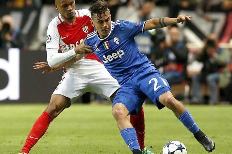 Paulo Dybala protege el balón ante la marca de Fabinho del Mónaco.