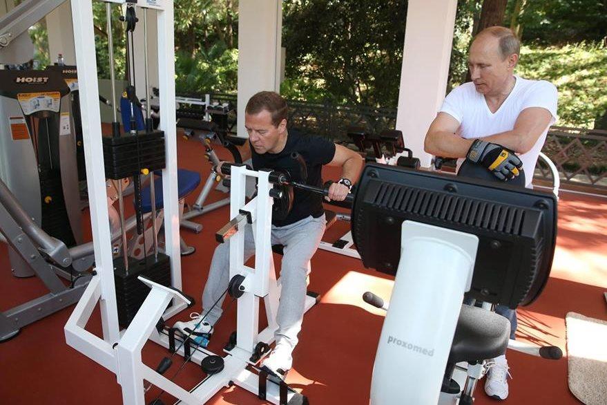 Putin (derecha) y Medvedev (izaquierda), durante la sesión de entrenamiento. (Foto Prensa Libre: EFE).
