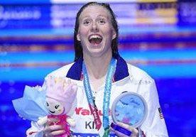 La nadadora estadounidense muestra su nivel en los 100 metros pecho.
