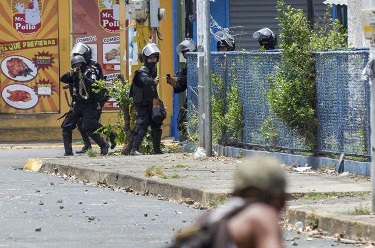 Policías y paramilitares nicaragüenses se enfrentan contra manifestantes durante una protesta en Masaya, Nicaragua.(EFE).