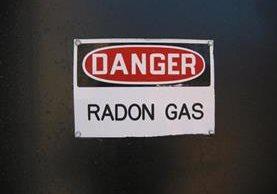 El radón es un gas incoloro e inodoro producto de la desintegración del uranio y del torio, presente en casi todos los suelos y rocas, que resulta tóxico para el humano.