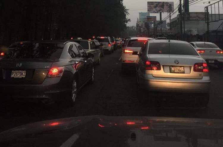Caos vial en bulevar Vista Hermosa, zona 15. Foto Prensa Libre:@KQMats.