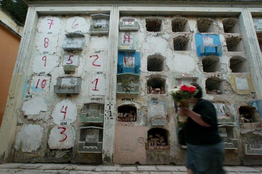 Las lapidas de los nichos son marcadas en el orden que serán exhumados los restos. (Foto Prensa Libre: Hemeroteca PL)