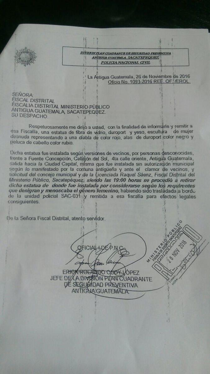 El parte de la Policía Nacional Civil detalle que la efigie fue retirada por  órdenes del Concejo y de la fiscal distrital Raquel Sáenz. (Foto Prensa Libre Miguel López)