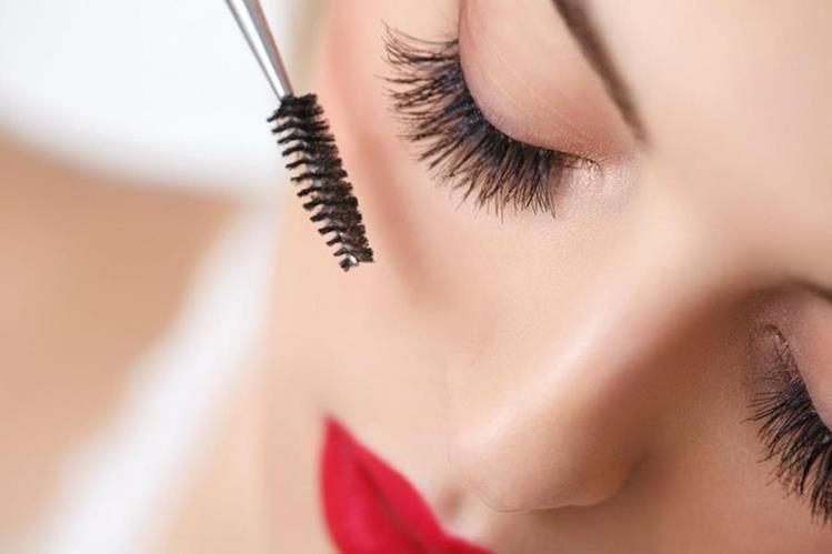El pegamento utilizado para adherir las pestañas postizas puede causar infecciones en el ojo cuando se usan de manera frecuente.