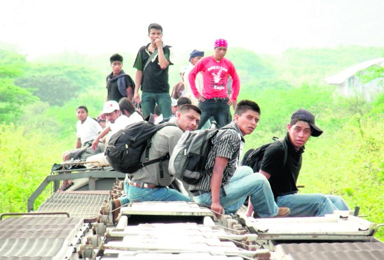 Migrantes viajan en el techo de un tren por México. (Foto Prensa Libre: Hemeroteca PL).