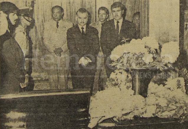 El presidente Julio César Méndez Montenegro, acompañado del canciller, doctor Alberto Fuentes Mohr durante el velorio del embajador von Spreti. (Foto: Hemeroteca PL)