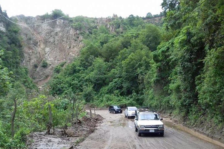 Las autoridades habilitaron el paso por el cerro Lec. (Foto Prensa Libre: Ángel Julajuj)
